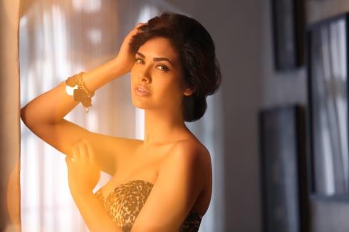 Esha Gupta  (2)